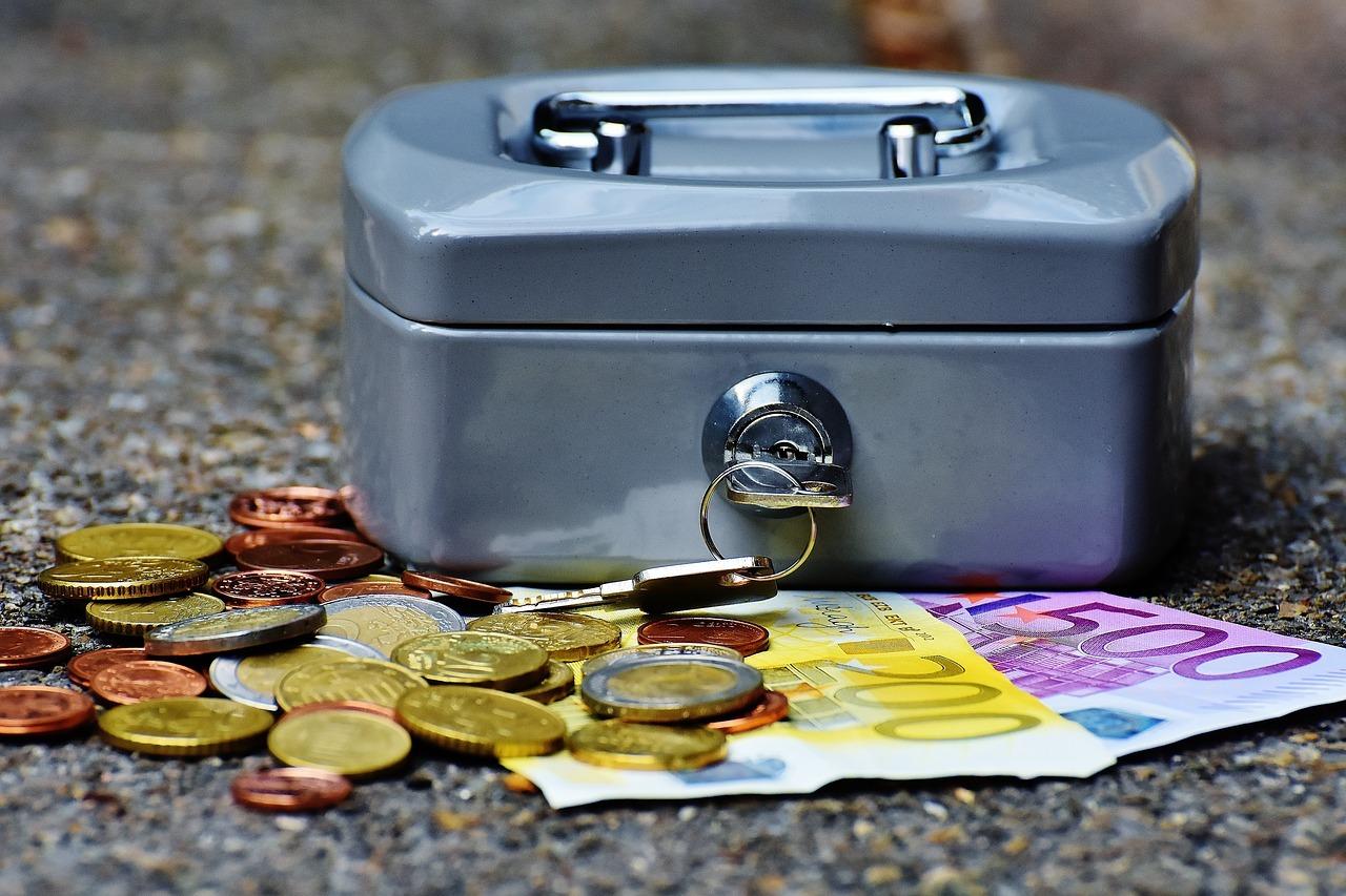 Pokladnička na kľúčik a pred ňou eurá
